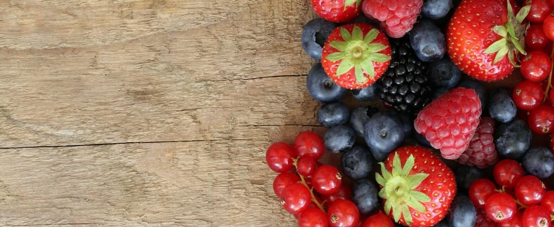 Beeren Früchte auf einem Holzbrett
